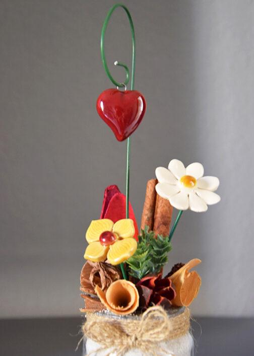Composizione centrotavola con fiori in ceramica